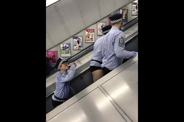 Looktrope Angleterre Londres Subway Policiers